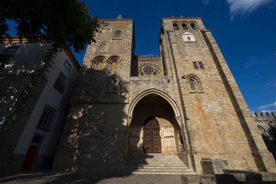 A fachada da Sé, uma catedral que impressiona mesmo quando vista só de fora
