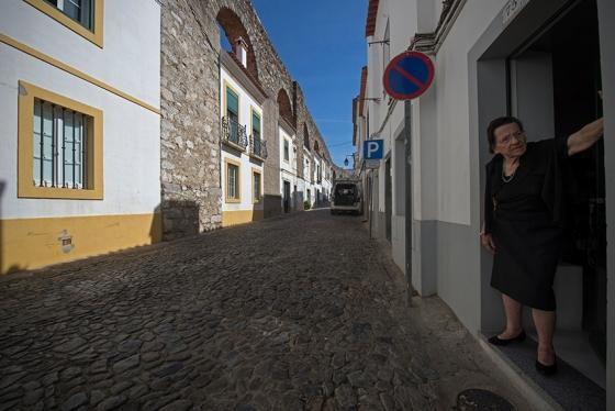 Rua do Cano: casas embutidas nos arcos do aqueduto