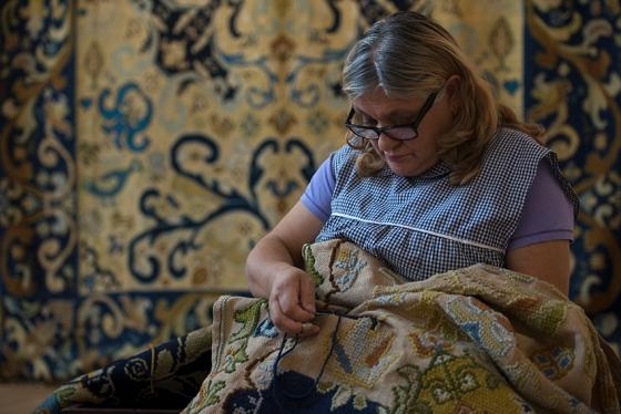 Tapeceira trabalhando no Centro de Interpretação dos Tapetes de Arraiolos