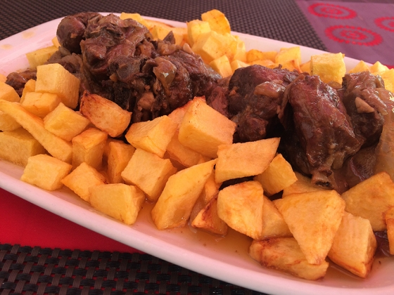 Borrego ao forno com batatas do Pelourinho: carne que derrete na boca