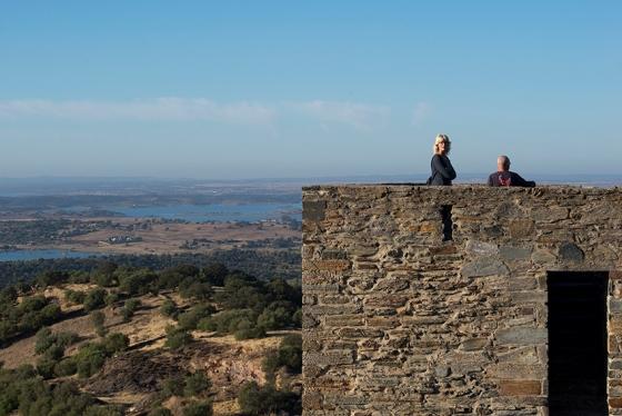 A vista acachapante que se tem da vila: lá no fundo, o lago de Alqueva