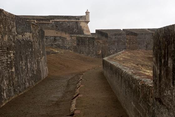 Caminho coberto, um dos mais fascinantes entre os vários circuitos possíveis no Forte da Graça