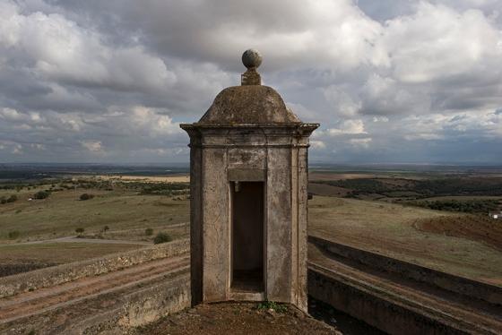 Um dos baluartes do Forte de Santa Luzia, voltado para a imensidão do Alentejo