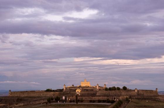 O Forte de Santa Luzia fotografado de longe, do alto da muralha de Elvas