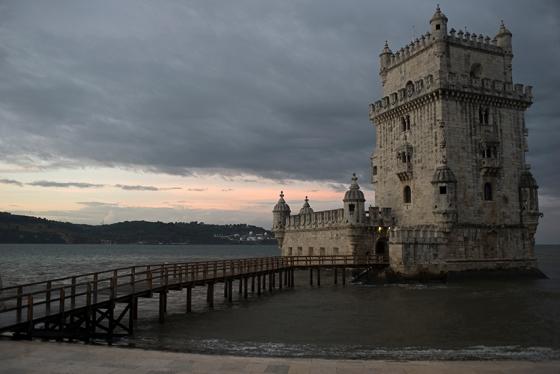 A Torre de Belém ao amanhecer, antes de ser tomada pela multidão que a visita diariamente