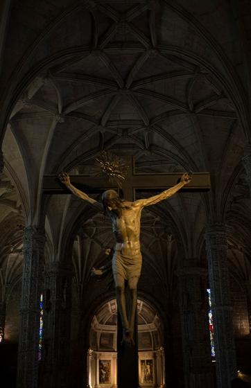 Cristo Crucificado sobre a balaustrada do coro alto, uma ogra do escultor francês Filipe Brias