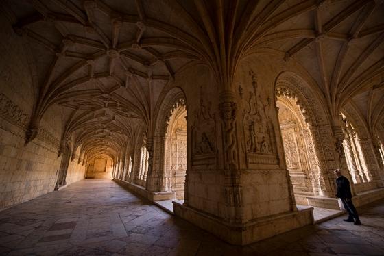 O claustro do mosteiro perto do horário de fechamento aos visitantes (o melhor momento para fotografar)