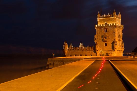 O rastro deixado por um ciclista na foto de longa exposição clicada precisamente às 18h37