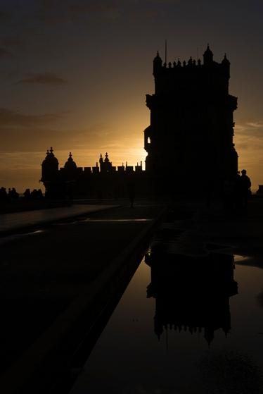 A Torre de Belém no final de um domingo que começou chuvoso e terminou com pôr-do-sol