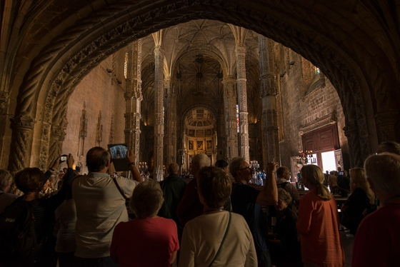 A multidão de visitantes disputando um dos melhores ângulos da igreja