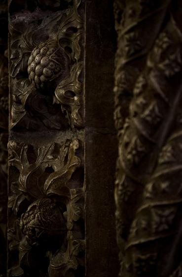 Detalhe de uma das colunas da igreja, delicadamente esculpidas do chão ao teto