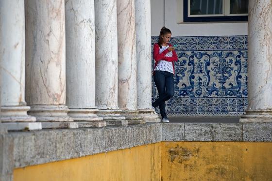 Uma aluna da universidade no intervalo entre as aulas