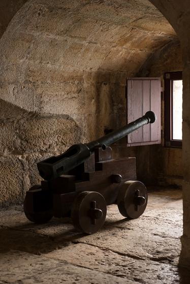 Um dos canhões da bateria baixa, que integra o baluarte da torre