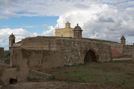 O Forte de Santa Luzia, com destaque para a casa do governado (amarela) no centro