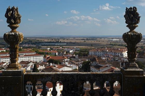 Parte da cidade e a imensa planície alentejana no segundo plano