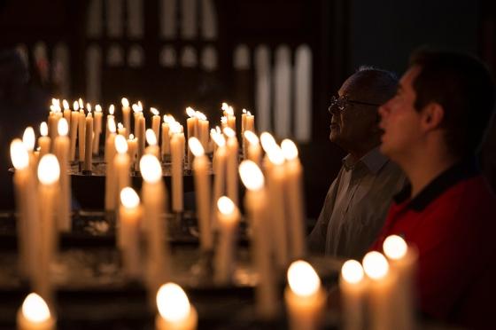 Madeirenses rezando diante de um dos altares da catedral, construída há 500 anos
