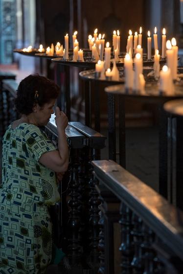 Oração diante da capela do Senhor dos Milagres, o de maior devoção