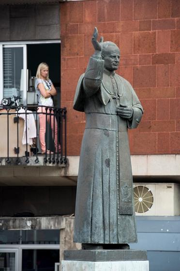 Estátua de São João Paulo II, único para a visitar a Madeira (1991), no adro da catedral