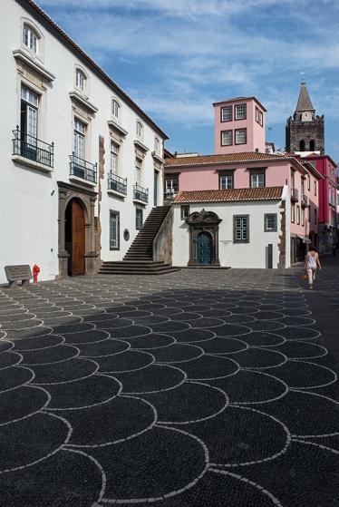 A antiga Alfândega do Funchal (hoje Assembléia Legislativa da Madeira) e a Capela de Santo António
