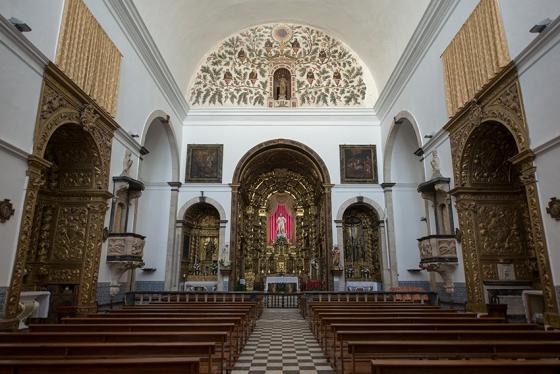 O conjunto formado pela capela-mor, os altares laterais e a árvore genealógica da Companhia de Jesus