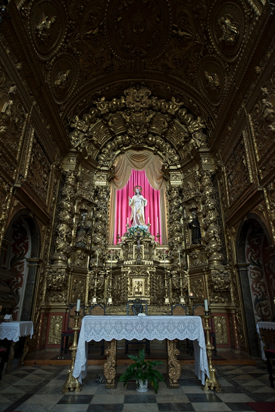 O altar-mor da igreja, em talha dourada do final do século 17