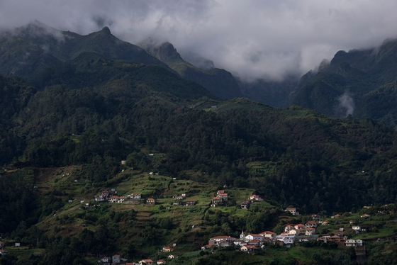 As montanhas da Madeira vistas do Miradouro do Lombo do Pico