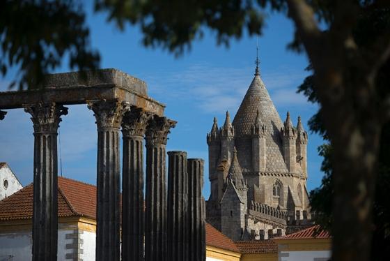O Templo Romano e a torre da Sé, duas das grandes atrações de Évora