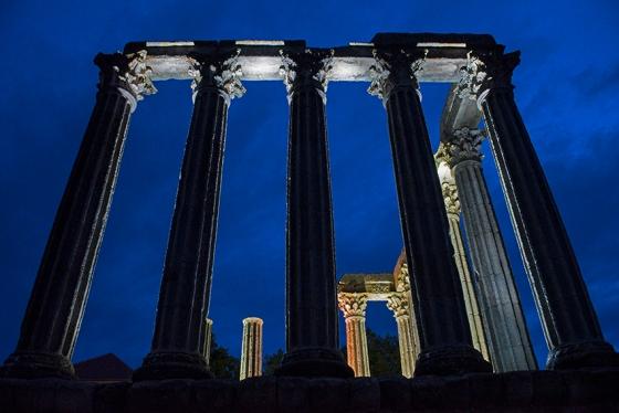 As bem conservadas colunas do templo vistas de outro ângulo