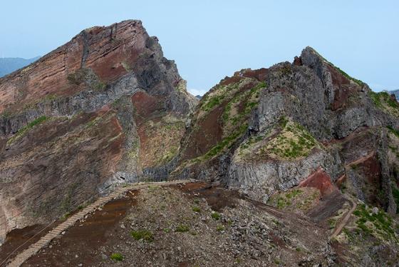 O caminho sobre a crista da montanha, entre os picos mais altos da Madeira