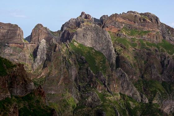 O Pico das Torres, que precisa ser contornado para se chegar ao Pico Ruivo