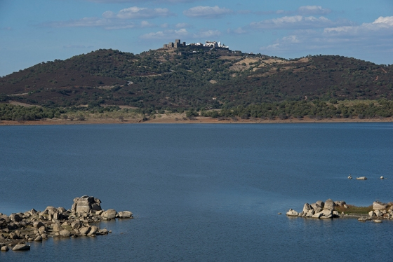 A vila de Monsaraz sobre o Lago de Alqueva, no Alentejo