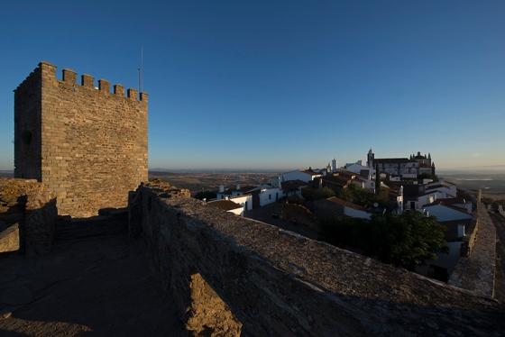7h06: mais uma foto clicada do castelo, com a torre de menagem no primeiro plano