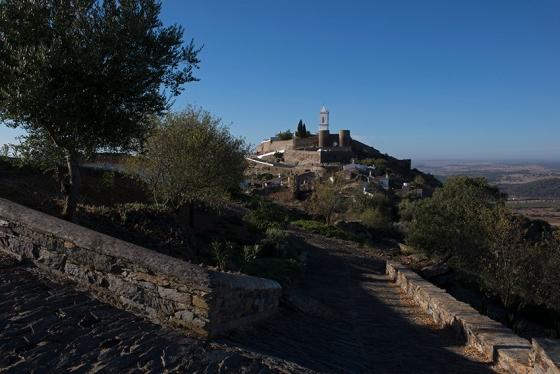 8h25: a vila vista das proximidades da Capela de São Bento