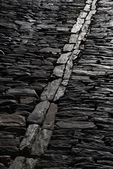 9h58: o calçamento de pedra da Travessa da Misericórdia