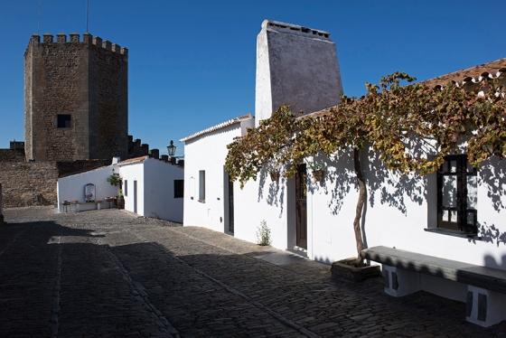 10h15: Rua José Fernandes Caeiro, com o castelo de Monsaraz ao fundo