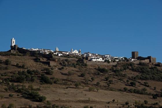 16h06: a vila vista à distância, desde a Rua da Fonte