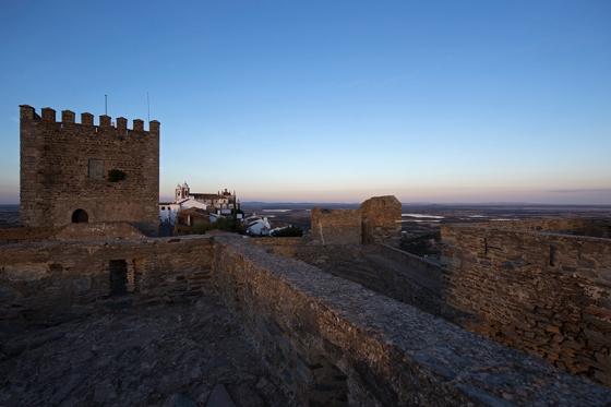17h46: a última luz do dia iluminando o castelo e a Igreja de Nossa Senhora da Lagoa