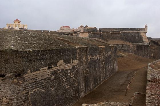O caminho coberto da fortaleza, que permite ao visitante ver de perto as armadilhas