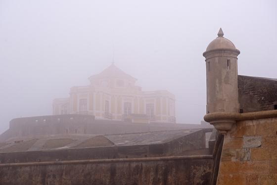 O forte encoberto pela densa neblina do dia em que o visite, no ano passado