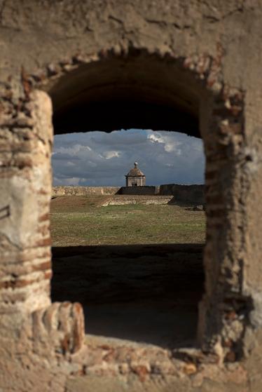 O Forte de Santa Luzia, menor que o da Graça, mas também protegido por covas de lobo