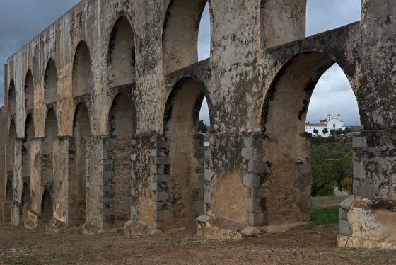 O Aqueduto da Amoreira, cuja demolição parcial (nunca ocorrida) levou à construção da cisterna