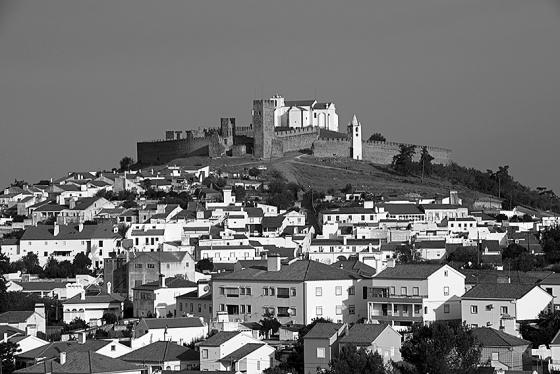 A vila de Arraiolos, distante apenas 20 km de Évora