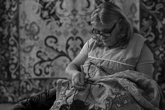 Uma artesã trabalhando no Centro Interpretativo do Tapete de Arraiolos