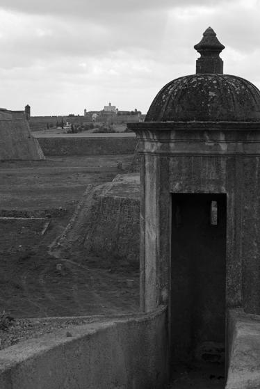 A muralha da cidade e o Forte de Santa Luzia ao fundo