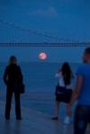 A lua nascendo sobre o Tejo